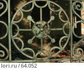 Купить «Старинная кованая решетка в ограде кирпичного дома», фото № 64052, снято 30 апреля 2004 г. (c) Harry / Фотобанк Лори
