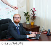 Купить «Мужчина-марионетка в офисе, за ноутбуком, смотрит на руку управляющего им», фото № 64348, снято 22 июля 2007 г. (c) Ирина Мойсеева / Фотобанк Лори