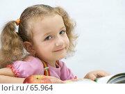 Купить «Портрет  симпатичной девочки с книгой, на светлом фоне», фото № 65964, снято 28 июля 2007 г. (c) Ольга Красавина / Фотобанк Лори