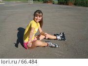 Купить «Девушка сидит на асфальте в роликовых коньках и показывает жестом ОК», фото № 66484, снято 26 мая 2007 г. (c) Vdovina Elena / Фотобанк Лори