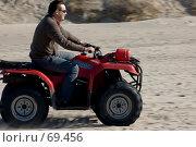 Купить «Человек на квадроцикле мчится по песку», фото № 69456, снято 15 апреля 2007 г. (c) Дмитрий Доможиров / Фотобанк Лори
