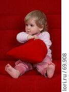 Купить «Маленькая девочка ищет свой подарок в мешочке ко дню рождения», фото № 69908, снято 2 июля 2007 г. (c) Harry / Фотобанк Лори