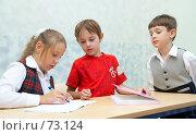 Купить «Девочка что-то объясняет мальчикам», фото № 73124, снято 19 августа 2007 г. (c) Ирина Мойсеева / Фотобанк Лори