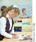 Купить «Перемена:  девочка рисует в тетрадке, мальчик  рассматривает книгу», фото № 73128, снято 19 августа 2007 г. (c) Ирина Мойсеева / Фотобанк Лори