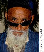 Купить «Пожилой мужчина азиатской национальности с седой бородой в синем халате и тюбетейке», фото № 75744, снято 26 июля 2007 г. (c) Ashot  M.Pogosyants / Фотобанк Лори