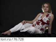 Купить «Сидящая беременная женщина на черном фоне», фото № 76728, снято 1 августа 2007 г. (c) Лисовская Наталья / Фотобанк Лори