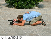 Купить «Увлеченный человек за видеосъемкой с уровня земли», фото № 85216, снято 26 августа 2007 г. (c) Fro / Фотобанк Лори