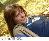 Купить «Девушка на фоне осенней листвы», фото № 88092, снято 23 сентября 2007 г. (c) Огульчанский Александер / Фотобанк Лори