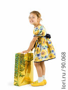 Купить «Маленькая девочка с подарочным пакетом», фото № 90068, снято 16 июля 2007 г. (c) Вадим Пономаренко / Фотобанк Лори