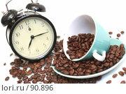 Купить «Чашка с кофейными зернами и черный будильник», фото № 90896, снято 27 сентября 2007 г. (c) Останина Екатерина / Фотобанк Лори