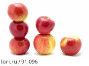 Купить «Пирамидки из яблок», фото № 91096, снято 26 мая 2018 г. (c) Угоренков Александр / Фотобанк Лори
