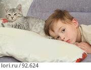 Купить «Мальчик лежит на подушке вместе с котенком», фото № 92624, снято 12 сентября 2007 г. (c) Останина Екатерина / Фотобанк Лори
