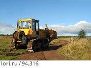 Купить «Желтый бульдозер на сельской дороге», фото № 94316, снято 8 сентября 2007 г. (c) Ольга Красавина / Фотобанк Лори