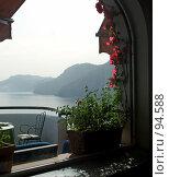 Купить «Вид из окна отеля на Средиземное море и горы. Италия. Амальфитанское побережье», эксклюзивное фото № 94588, снято 23 мая 2006 г. (c) Татьяна Белова / Фотобанк Лори