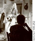 Купить «Молодой человек на концерте джаза слушает саксофон», фото № 100252, снято 13 октября 2007 г. (c) Татьяна Белова / Фотобанк Лори