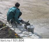 Купить «Рабочий наполняет ведра водой», фото № 101804, снято 24 июня 2004 г. (c) Антон Алябьев / Фотобанк Лори