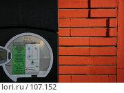 Купить «Табло автоматического паркинга и фрагмент кирпичной стены», фото № 107152, снято 27 февраля 2006 г. (c) Harry / Фотобанк Лори