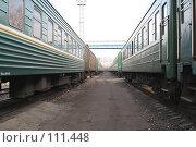 Купить «Проход между поездами стоящими на станции», фото № 111448, снято 31 октября 2007 г. (c) Parmenov Pavel / Фотобанк Лори