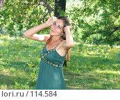 Веселая девушка с ромашкой. Стоковое фото, фотограф A.Козырева / Фотобанк Лори