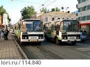 Купить «Маршрутный автобус нарушает правила», фото № 114840, снято 23 февраля 2019 г. (c) Дмитрий Лемешко / Фотобанк Лори