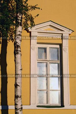 Купить «Братцево. Белое окно на желтой стене. Москва. Тушино», фото № 118860, снято 18 августа 2006 г. (c) Николай Коржов / Фотобанк Лори