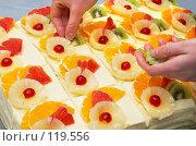 Купить «Украшение  пирожных фруктами», фото № 119556, снято 5 января 2007 г. (c) Сергей Старуш / Фотобанк Лори