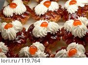 Купить «Пирожные с вишней», фото № 119764, снято 12 декабря 2006 г. (c) Сергей Старуш / Фотобанк Лори