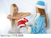 Купить «Удивленная снежинка достает подарок из мешка Снегурочки», фото № 119844, снято 11 ноября 2007 г. (c) Евгений Батраков / Фотобанк Лори