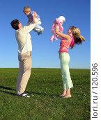 Купить «Счастливая семья с двумя детьми на фоне синего неба», фото № 120596, снято 20 августа 2005 г. (c) Losevsky Pavel / Фотобанк Лори