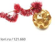 Купить «Красная новогодняя мишура и золотой шар», фото № 121660, снято 31 октября 2007 г. (c) Останина Екатерина / Фотобанк Лори