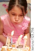 Купить «Девочка в розовом платье задувает свечи на торте», фото № 121716, снято 8 октября 2007 г. (c) Останина Екатерина / Фотобанк Лори