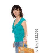 Купить «Красивая молодая брюнетка с пакетом», фото № 122336, снято 28 октября 2007 г. (c) Моисеева Галина / Фотобанк Лори