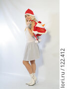 Купить «Блондинка с новогодним подарком», фото № 122412, снято 11 ноября 2007 г. (c) Евгений Батраков / Фотобанк Лори