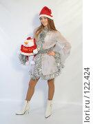 Купить «Девушка с новогодним подарком», фото № 122424, снято 11 ноября 2007 г. (c) Евгений Батраков / Фотобанк Лори