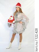 Купить «Девушка с новогодним подарком», фото № 122428, снято 11 ноября 2007 г. (c) Евгений Батраков / Фотобанк Лори
