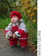 Купить «Маленькая девочка в комбинезоне на осенней прогулке», фото № 122432, снято 25 октября 2006 г. (c) Ольга Сапегина / Фотобанк Лори