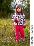 Купить «Маленькая девочка прогуливается по лесной поляне в цветах клевера ранней осенью», фото № 122620, снято 18 сентября 2007 г. (c) Ольга Сапегина / Фотобанк Лори