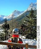 Купить «Лыжница на скамье любуется горами», фото № 123548, снято 20 апреля 2018 г. (c) Fro / Фотобанк Лори
