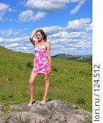 Девушка, стоящая на маленькой скале на фоне гор и облаков. Стоковое фото, фотограф A.Козырева / Фотобанк Лори