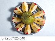 Купить «Груша и дольки яблока на блюде», фото № 125640, снято 20 октября 2007 г. (c) Петухов Геннадий / Фотобанк Лори