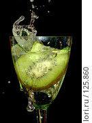 Купить «Киви в брызгах воды», фото № 125860, снято 7 июля 2007 г. (c) Петухов Геннадий / Фотобанк Лори