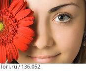 Купить «Лицо девушки и красный цветок гербера», фото № 136052, снято 10 октября 2007 г. (c) Анатолий Типляшин / Фотобанк Лори