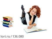 Купить «Девушка читает книги лежа», фото № 136080, снято 23 декабря 2006 г. (c) Анатолий Типляшин / Фотобанк Лори