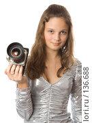 Купить «Девушка с фотоаппаратом», фото № 136688, снято 5 ноября 2007 г. (c) Вадим Пономаренко / Фотобанк Лори