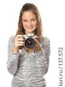Купить «Девушка с фотоаппаратом», фото № 137572, снято 5 ноября 2007 г. (c) Вадим Пономаренко / Фотобанк Лори