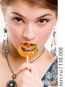 Купить «Девушка с конфетой в виде тыквы», фото № 138008, снято 2 ноября 2006 г. (c) Serg Zastavkin / Фотобанк Лори