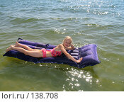 Купить «Девочка на надувном матрасе», фото № 138708, снято 21 августа 2005 г. (c) Serg Zastavkin / Фотобанк Лори