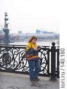Купить «Девушка на Патриаршем мосту читает книгу», эксклюзивное фото № 140180, снято 31 марта 2007 г. (c) Ирина Мойсеева / Фотобанк Лори