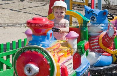 Купить «Ребенок на аттракционе в парке», фото № 141304, снято 8 июля 2007 г. (c) Анатолий Типляшин / Фотобанк Лори
