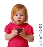 Купить «Девочка с шоколадной конфетой», фото № 142632, снято 13 октября 2007 г. (c) Майя Крученкова / Фотобанк Лори